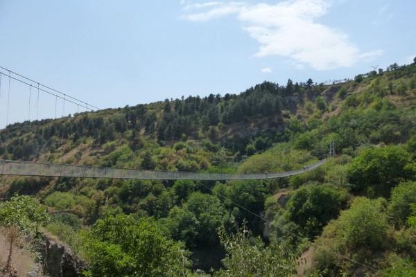 Подвесной мост через ущелье (фото Бурдиной Ольги)