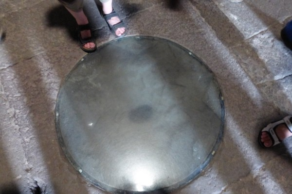 Вот прямо в этом отверстии и хранился наконечник копья (фото Бурдиной Ольги)