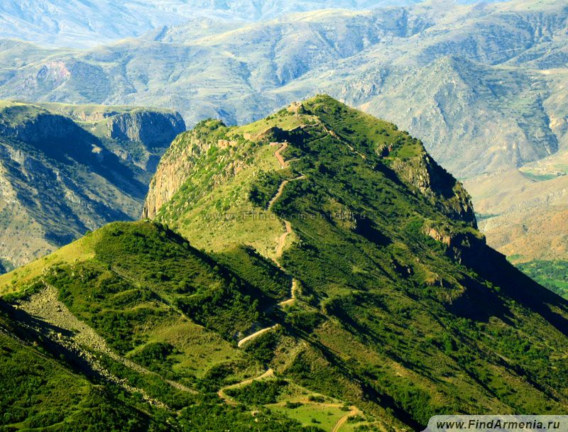 Вид на крепость Смбатаберд с противоположенного холма
