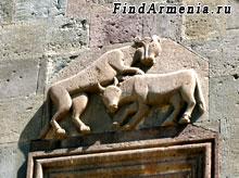 Барельеф битвы льва и быка
