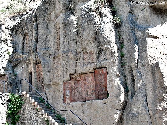 Хачкары высеченные в скале